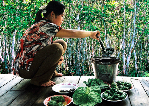 Bee sauce is wrapped in loofah leaves and grilled on charcoal, giving it a unique taste. Photo: Phuc Hung.