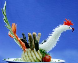 The dish of chopped meat rolled withLot leave is arranged into a peacock.